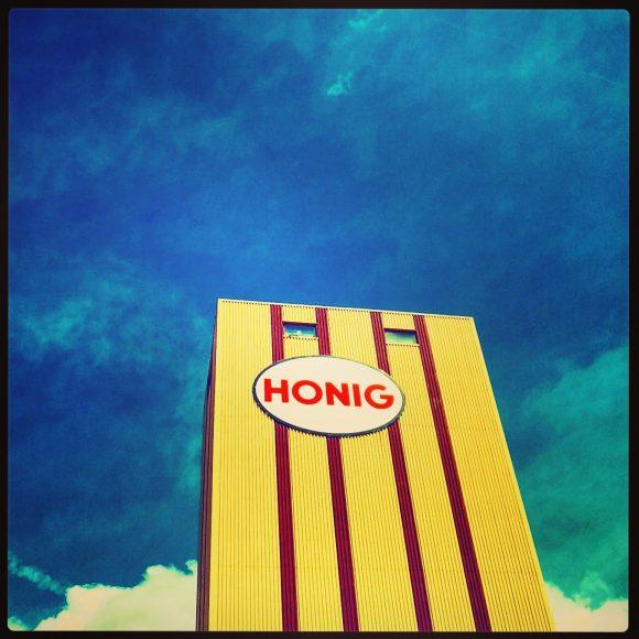 'Het Honigcomplex' door @40names / Lotje van Bernebeek