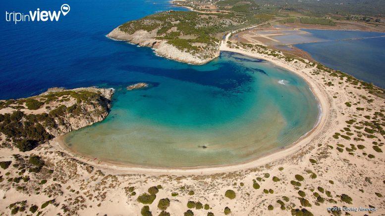 Voidokilia beach vanuit de helikopter van Tripinview