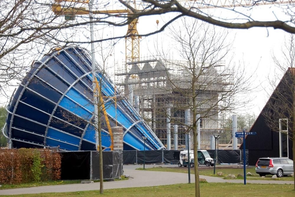 Bouw van de nieuwe glijbanen bij vakantiepark Hof van Saksen