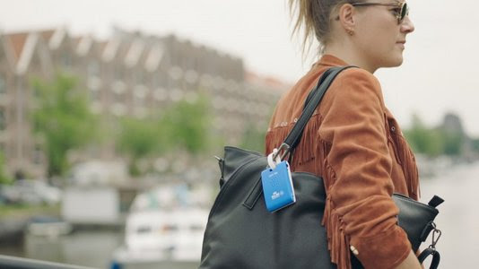 TravelNieuws: Digitale KLM gadget geeft reiziger in Amsterdam tips over stad via bagagelabel