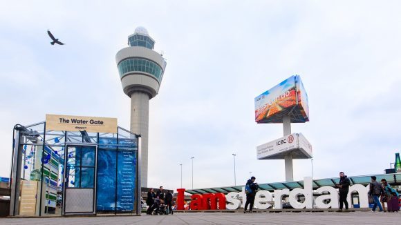Dopper inspireert reizigers op Schiphol om kraanwater te drinken